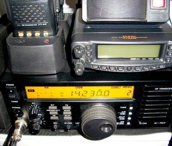 metteur-récepteur 0,5-30 MHz en réception et bandes 1,8 3,5 7 10 14 18 21 24 28 MHz en émission. Modes : AM, USB, LSB, CW. Puissance de sortie : 100 Watts HF (40 W en AM). Dimensions : 240 x 95 x 239 mm. Poids : 4,1 kg.