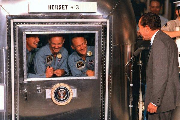 Neil Armstrong and death  l'homme qui a marqué l'histoire et mon enfance de l'Année 1969 rivait a poste de télévision  a 4 heur du matin de l'année 1969 ages de 14 ans ce ne plus de science fiction   2001 l'odyssée de l'espace mai la réalité l'homme pouvait allé des l'espace
