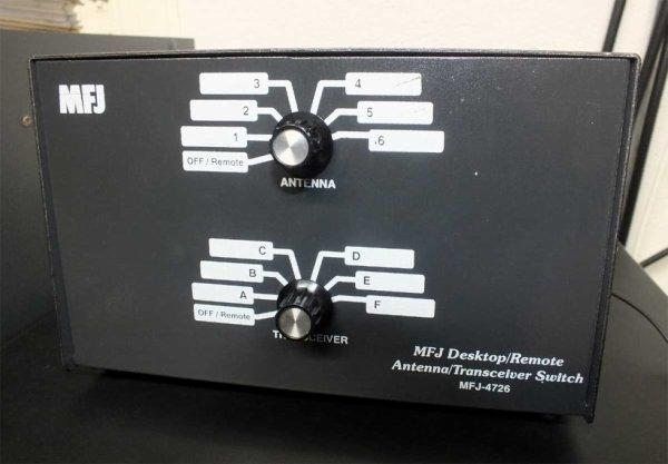 La boite de connection MFJ-4726  Simple d'utilisation, deux remarques :  La première, pour la VHF laissez tomber car trop de ROS  La seconde, fixez la boite car 12 coax de 11mm au cul, ça fait un sacré toron.  ( Personnellement j'utilise de l'Aircell 7 pour la connection TRX - MFJ)
