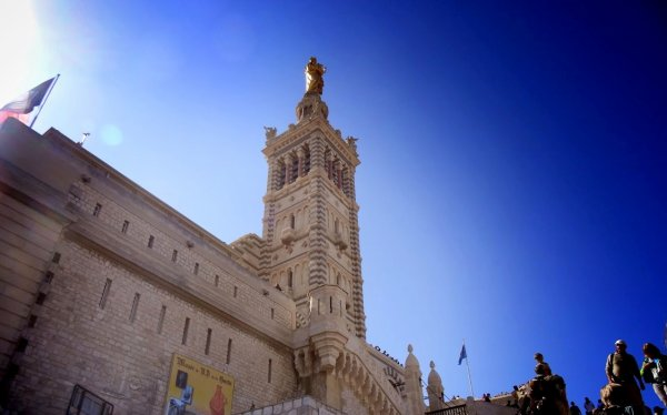 authentique Marseille...et moi il me manque  absolument et tellement Je vous parle d'un temps Que les moins de vingt ans Ne peuvent pas connaître Quand au hasard des jours Je m'en vais faire un tour A mon ancienne adresse Je ne reconnais plus Ni les murs ni les rues Qui ont vu ma jeunesse