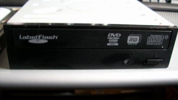 aujourd'hui a la poubelle a l'extérieur dans un sac propre un carcasse de PC un disque dur SATA 320gb je les formaté il fonctionne et un lecteur DVD graveur il fonctionne ça peut servir  il n'y a pas de petites économies  il faut toujours recycler l'informatique
