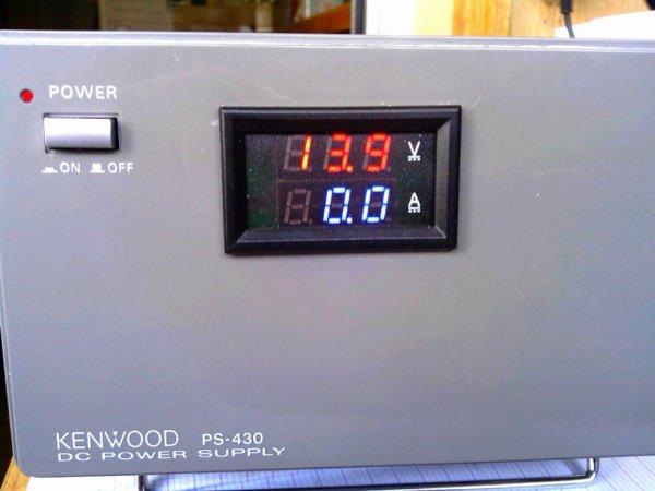 alimentation PS-430 de chez kenwood modifié  par 14V173 YANN Pour 14WW.210 et a l'arrière de l'alimentation   Sorti 13v9.. 22A 13v9.. 10A ..  modifié avec digital voltmètre ampèremètre