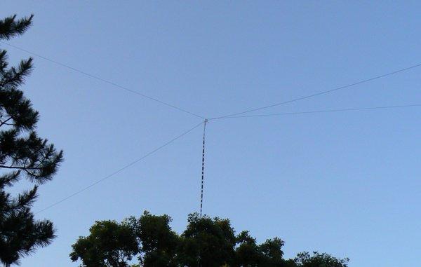 L'antenne G5RV......SIGMA G5RV Full Size Supérieure Poly Weave fil d'antenne Le SIGMA G5RV Full Size HF fil d'antenne est une bande HF amateur, recevoir et transmettre l'antenne, couvrant 80m à 10m bandes. Sa longueur totale est de 102 pieds, et doit être alimenté avec une bonne qualité de 50 ohms câble coaxial (recommandé de longueur d'alimentation de 45 ou 90 pieds). Le câble plat doit pendre vers le bas et fait partie de l'antenne rayonnante. Pour obtenir des résultats optimaux, cette antenne doit être monté aussi haut que possible, que ce soit horizontalement ou dans une formation inversé en «V», avec le centre monté au moins 36 pieds du sol. Le supérieur Full Size G5RV vient entièrement assemblé et prêt à aller. En outre, le fil Poly Weave sera pas plier et est extrêmement forte. Excellent pour l'utilisation où l'espace est limité, bonne pour le jardin discret ou l'installation grenier et également fortement recommandé pour l'écoute à ondes courtes. UK fabriqué et livré complet avec alimentation en échelle et raccords os de chien. Fréquence 3.5-30 MHz Bandes 80-10 mètres Pleine longueur de 102 pieds 2 x 51 pieds armure poly aucune kink éléments filaires câble ruban Ladder Feeder fin en SO-239 Socket 2 x isolateurs en os de chien complet avec notice d'instruction Fabriqué en Grande-Bretagne