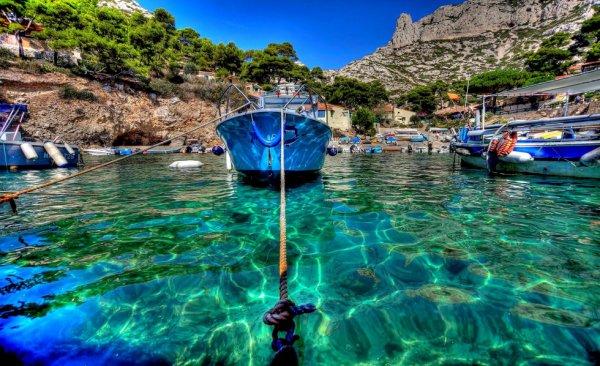 un des magnifique endroit qui se trouve a Marseille les calanque avec les petit cabanon un petit cabanon pas plus grand qu'un mouchoir de poche carte postale des vacances