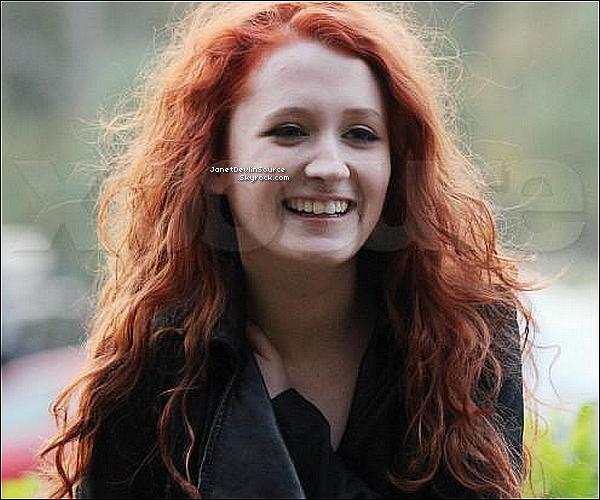 -[/align=center] 24/10/11 : Janet Devlin souriante arrivant dans les studios de la X Factor House dans Londres.   -[/align=center]