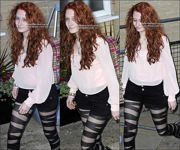 -[/align=center] 22/10/11 : La belle Janet Devlin  arrivant dans les studios de ITV de X Factor dans les rues de Londres.   -[/align=center]