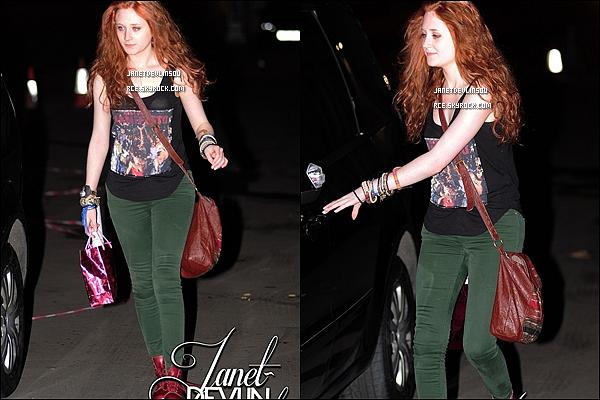-[/align=center] 18/11/11 : Janet  à été aperçue ce rendant dans les studios de X Factor avec un café en main à Londres.   -[/align=center]