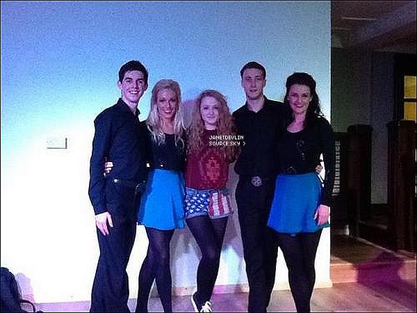 -[/align=center]  Janet a donner un  concert avec ses amis dans une salle d'hôtel à Dublin. 2 photo disponible.    -[/align=center]