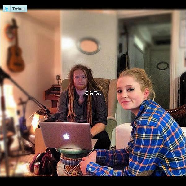 .     Janet a posté une nouvelle photo sur Twitter, en studio avec Newton Faulkner.      .