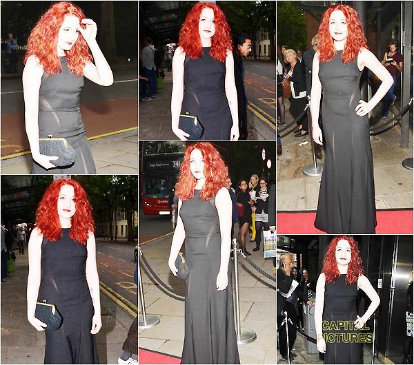.     2014 : Janet s'est rendue à une soirée au The Brasileiro Press Night vêtue d'une belle robe noir.Enfin un évent de Janet ceci est très rare, elle était a couper le souffle dans sa longue robe noir une vraie déesse ! Et toi qu'en penses tu ?        .