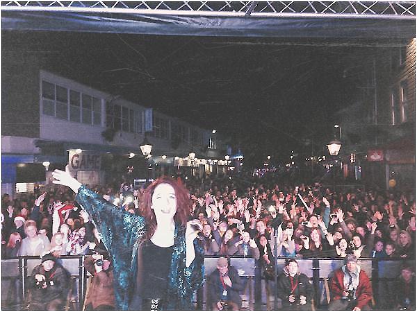 .     23/11 : Janet était à Burnley où elle a été accueillit par beaucoup de ses fans.  + Photo perso !       .