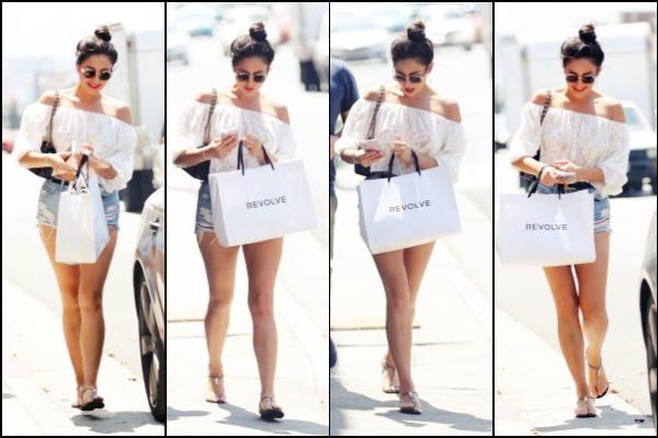 . 26/06/16 : Sh.. a été vue alors qu'elle quittait le Terinne Restaurant situé à Los Angeles en Californie.Shay M., pour une fois, portait une tenue très claire. J'aime son petit haut qui est tendance en ce moment. Alors, TOP/FLOP ?  .