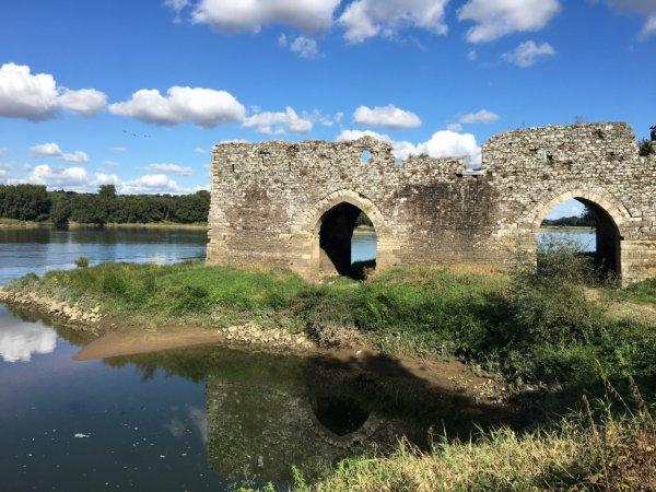Ruines au bord de l'eau