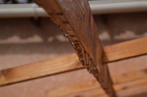 La pluie laisse des traces, comme des empreintes sur le sol..