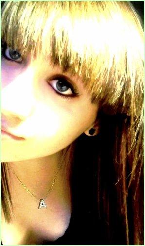 » J'aimerais être une de tes larmes pour naître dans tes yeux, Vivre sur tes joue, Mourir sur tes lèvres.. ♥