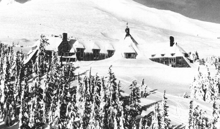 """Décembre 1945, De DIENES emmène Norma Jeane dans l'Oregon pour cette séance photos ; on peux voir une vue du """"Timberline Lodge"""", hôtel où ils séjournèrent lors de cette session."""