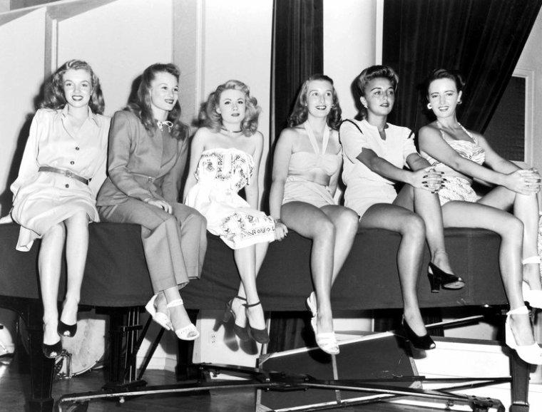 Norma Jeane en 1946 accompagnée d'autres starlettes lors d'un casting. 1 photo de Norma Jeane par STENMEYER.