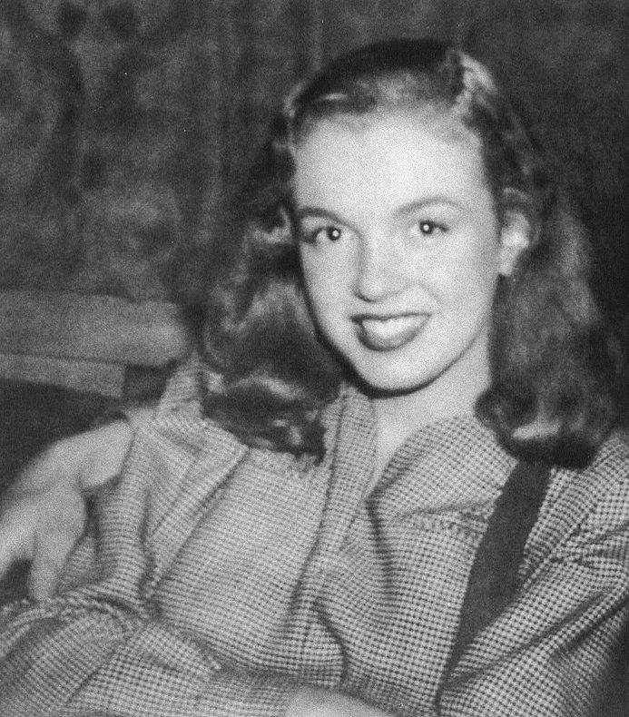 Diverses photos de Norma Jeane en 1946.