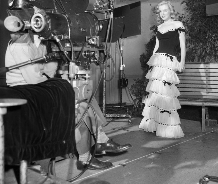 On clôture cette année 1946 avec une Norma Jeane plus belle et plus sûre d'elle que jamais, avec ses premiers essais filmés pour la FOX sous la tutelle de Ben LYON (photo), directeur de casting. Ce dernier convaincu par sa prestation lui fera signer un contrat de 6 mois. Par ailleurs, en accord avec les patrons de la FOX, Norma Jeane prend le pseudonyme de Marilyn MONROE, en souvenir de l'actrice Marilyn MILLER (photo) qu'elle admire (voilà pour le prénom) et MONROE qui n'est autre que le nom de jeune fille de sa mère.