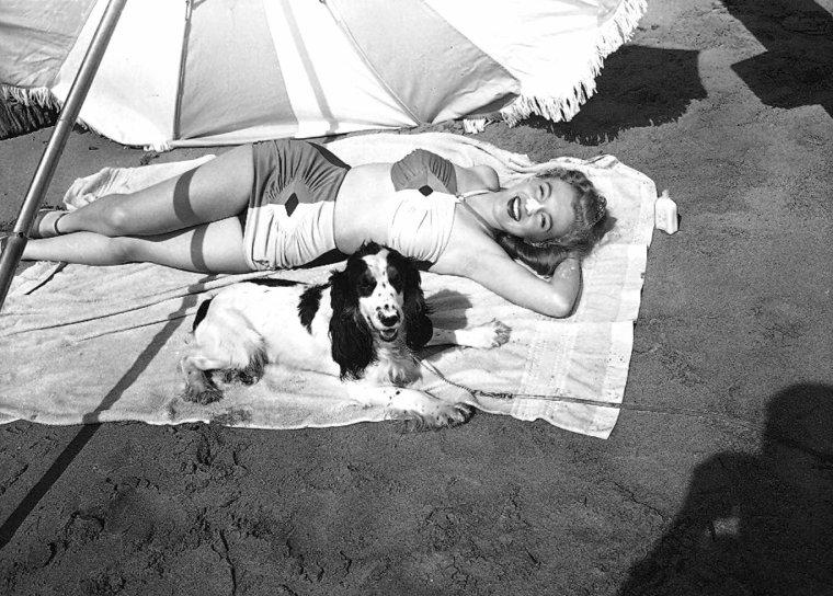 Marilyn lors d'une session publicitaire sur la plage en 1947.