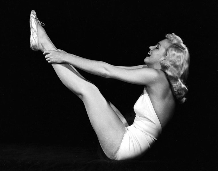 """1948 : photos promotionnelles de Marilyn faisant de la gym en maillot,  pour le film """"Ladies of the chorus"""" prisent par Ed CRONENWERTH,"""