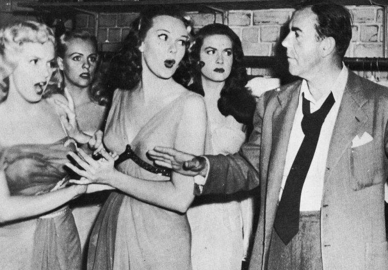 """""""Ladies of the chorus"""" (part 3) : L'interprétation de Marilyn dans ce 3ème film aurait dû, logiquement, inciter une compagnie à lui proposer un contrat. Ce ne fut pas le cas ; la plupart des studios possédaient déjà """"leur"""" vedette et craignaient de miser sur une inconnue. Marilyn, lâchée par la FOX, ne tourna que ce film pour la Columbia. Son avenir de vedette n'était nullement compromis ; très jeune et sans expérience, Marilyn possédait, outre un physique agréable, le don d'aguicher par un regard ou par un simple geste..."""
