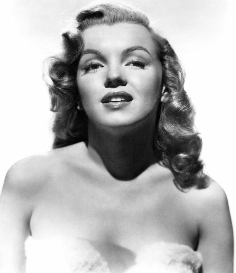 """1949, Marilyn fait une petite apparition dans son 4ème film aux côtés des MARX Brothers dans """"Love Happy"""" (La pêche au trésor) de David MILLER. (Affiches et photos publicitaires pour le film)."""
