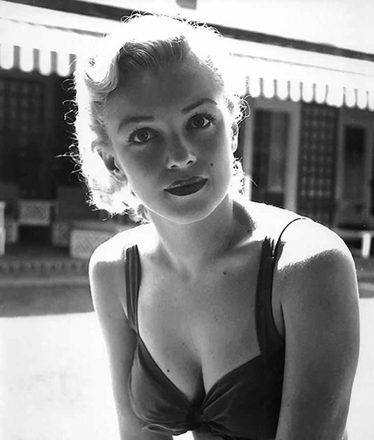 """1950 / Le photographe Earl LEAF pris ces clichés de Marilyn et son chihuahua """"josefa"""" dans le jardin de Johnny HYDE ; Ancien cow-boy, il travailla comme marin ; il commença son métier de photographe en Chine dans les années 30. Il obtint plusieurs séances de pose avec Marilyn entre 1950 et 1962."""