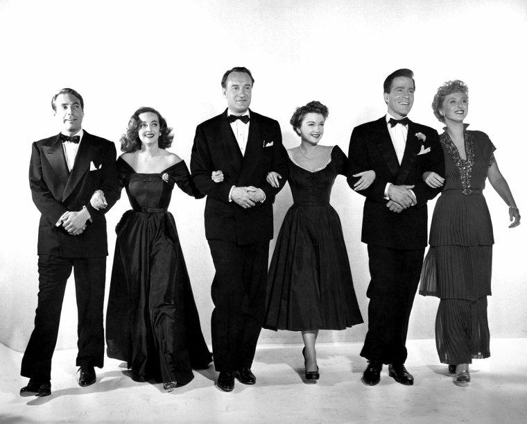AFFICHES MONDIALES du film + photo promotionnelle des acteurs (Marilyn n'y figurant pas) avec de g. à dr., Gary MERRILL, Bette DAVIS, George SANDERS, Anne BAXTER (Eve), Hugh MARLOWE et Celeste HOLM. Par ailleurs, une jolie poupée à l'ffigie de Marilyn a été créée portant une des tenues dans le film.