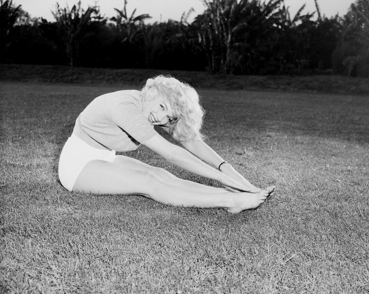 1951, Marilyn toujours soucieuse de son apparence et de sa forme physique, se lâche à faire des exercices lors de cette session photo.