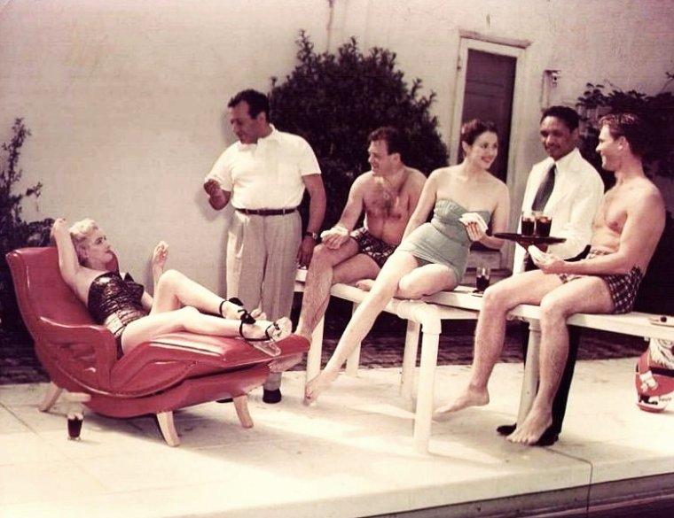 """1951 : C'est autour de la piscine de chez Herman HOVER, propriétaire du célèbre restaurant le """"Ciro's"""" à Hollywood, qu'avec trois jeunes premiers, tels Mala POWERS, Nick SAVIANO ou encore Craig HILL, que Marilyn est conviée pour une journée détente... La soirée se terminera au célèbre restaurant."""