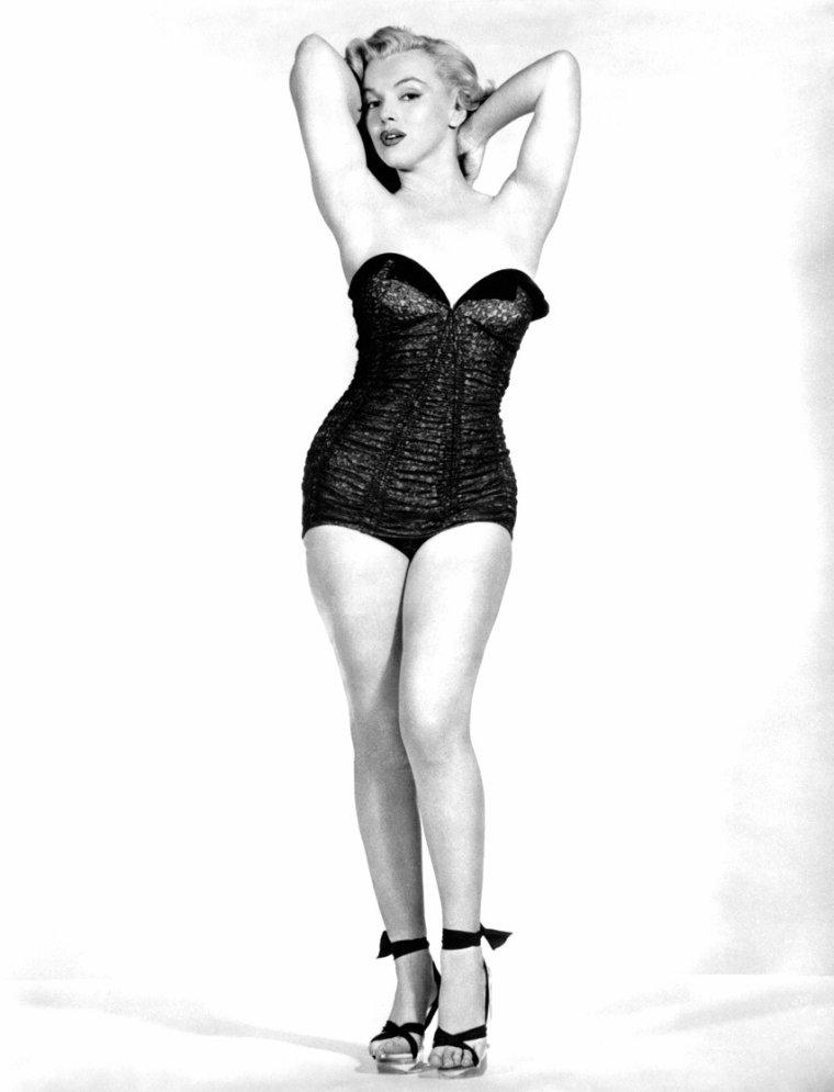 """1951, Marilyn porte un maillot une pièce pour des photos promotionnelles du film """"Love nest"""". Elle ne portera pas le maillot dans le film, les photos serviront pour illustrer les affiches."""