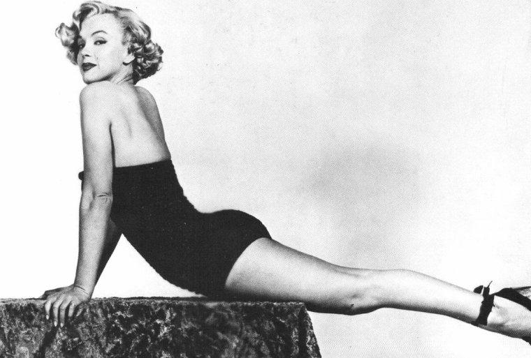 """1951, Marilyn porte un maillot une pièce pour des photos promotionnelles du film """"Love nest"""". Elle ne portera pas le maillot dans le film, les photos serviront pour illustrer les affiches (part 2)."""