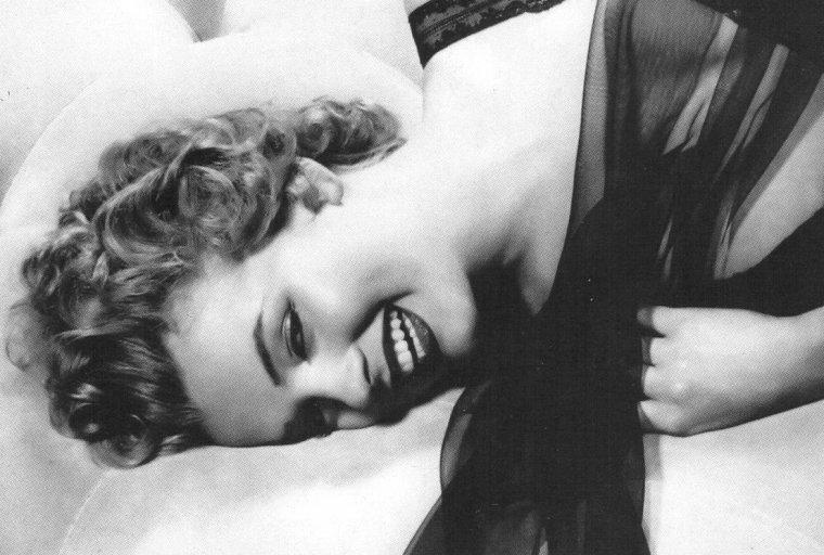 1952, Marilyn pose en déshabillé noir.