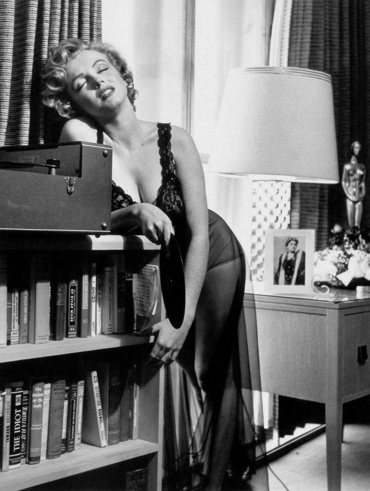 """1952, c'est dans son studio que Marilyn prend la pose sous l'oeil de Philippe HALSMAN, accompagné de son assistant Harold LLOYD (photo), pour un reportage commandé par le magazine """"Life"""" (part 2)."""
