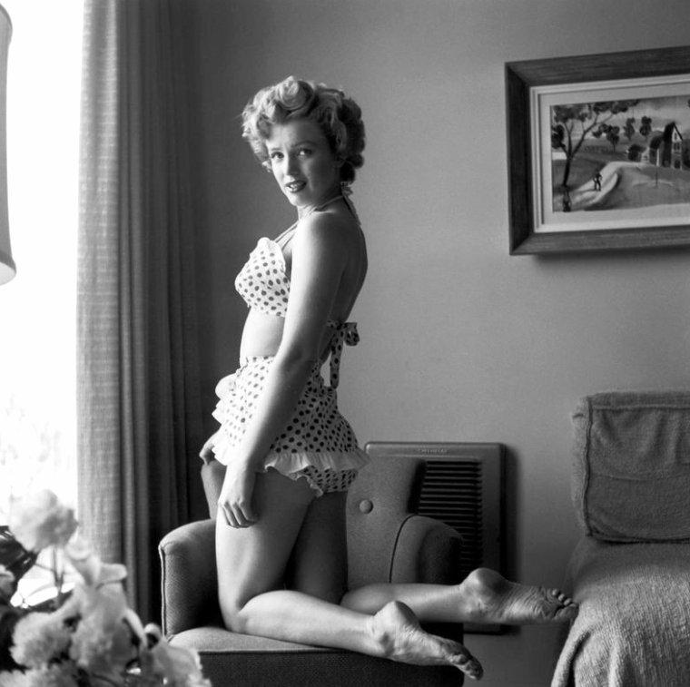 """1952, 2 photos de Marilyn dans une des chambres du """"Beverly-Carlton Hôtel"""" en bikini à pois."""