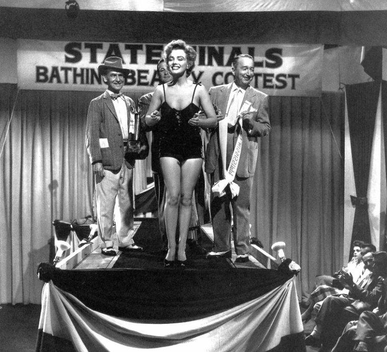 """1952, """"We're not married"""" (Cinq mariages à l'essai) d'Edmund GOULDING / SYNOPSIS / Un soir de Noël, Ramona et Steve entrent chez un juge de paix d'une petite ville de l'est des États-Unis spécialisée dans les mariages rapides et à toute heure. Malgré le fait que le vieux juge ne leur inspire pas vraiment confiance car il vient de recevoir son autorisation d'exercer, ils se marient. Deux ans et demi plus tard, un autre magistrat découvre que le juge a exercé quelques jours trop tôt, la validité de sa nouvelle charge n'entrant en vigueur que le 1er janvier. Pendant la huitaine de jour concernée, le juge a marié six couples. Comme une de ces unions illégales a déjà été régularisée par un divorce, il reste cinq mariages """"à l'essai"""" à traiter. Le magistrat leur écrit pour les informer de cette bévue. Ramona et Steve GLADWYN ½uvrent de pair dans une émission populaire radiophonique où ils forment le couple parfait, un véritable exemple pour toutes les familles américaines. Leur vie privée n'est pas idyllique. Ils reçoivent la lettre qui annonce que leur mariage n'est pas valable. Ils exultent mais la chaîne de radio leur fait remarquer qu'ils ne peuvent pas continuer à animer une émission familiale s'ils ne sont plus mari et femme. Et il y a beaucoup d'argent à la clef..."""