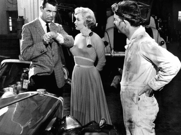 """1952, """"Monkey business"""" (Chérie, je me sens rajeunir) de Howard HAWKS / APPARITIONS de Marilyn dans le film / Quand, à la 11e minute du film, Barnaby doit se rendre chez le grand chef, la secrétaire de celui-ci, Loïs, l'accueille et lui dénude même une de ses jambes, en fait pour lui montrer un prototype de bas sans couture qu'il a mis au point et dont elle est très satisfaite. Par ailleurs Barnaby s'étonne qu'elle soit arrivée si tôt. « Oh yes, Mr. Oxley's been complaining about my punctuation » (Oh oui, M. Oxley s'est plaint de ma ponctuation). Quelques minutes plus tard, elle entre dans le bureau du grand chef qui lui donne un document à faire taper / Loïs, avec le directeur et Barnaby, se rend au laboratoire et assiste ensuite à la discussion ainsi qu'au cirque du singe rajeuni / Elle reçoit l'ordre de Oxley de retrouver Barnaby qui a soudainement quitté le bureau / Elle le retrouve puis part en vadrouille avec lui, dans une assez longue séquence : voiture de sport et cheveux au vent, patin à roulettes, piscine et maillot de bain sexy. Cela se termine même par un bisous sur la joue de Barnaby (« I'm crazy about you, doc ! ») / Après avoir bu la potion magique, Edwina se rue presque sur Lois en raison des marques de rouge à lèvres découvertes là où il ne fallait pas / Au téléphone avec Oxley / À la séance du conseil d'administration où elle gifle Oxley et Barnaby / Dans les scènes finales au laboratoire lorsque Edwina arrive avec le bébé et lorsque tous observent si celui-ci, Barnaby, va regrandir..."""
