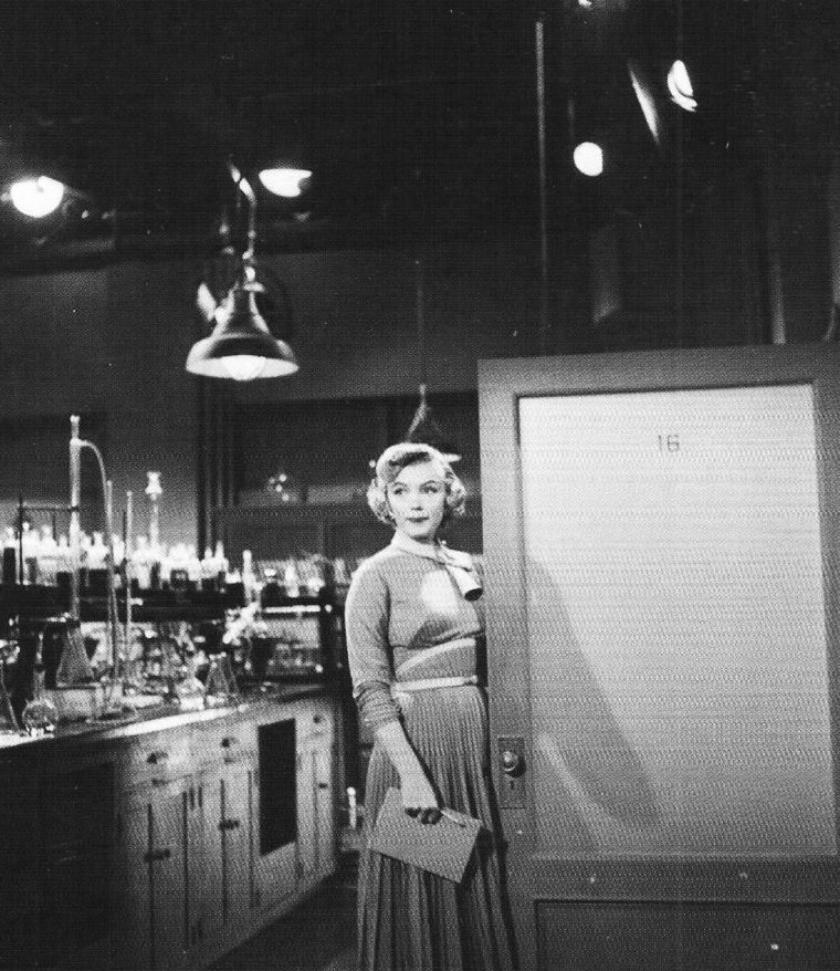 "1952 ""Monkey business"" (Chérie, je me sens rajeunir) de Howard HAWKS / SUITE et FIN / Photo de Marilyn lors d'une interview à la fin du tournage, par Aline MOSBY."