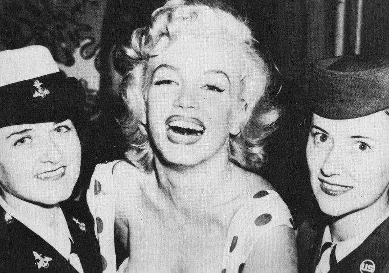 1952 ATLANTIC-CITY : Fraîchement arrivée dans la ville, un service du gouvernement lui demanda de poser avec des femmes militaires en uniforme pour une publicité visant à recruter davantage de personnel féminin pour les forces armées. Elle fut sollicitée par un photographe de l'armée pour des séances photos avec de jeunes américaines portant l'uniforme, afin d'encourager leurs concitoyennes à rejoindre l'armée. Elle fut photographiée en robe blanche à pois rouges, penchée à un balcon, exhibant sa féminité, si bien que dès que la photo parut, un texte officiel de l'armée annula la campagne de promotion et retira la photo, la jugeant trop provocante et non adaptée