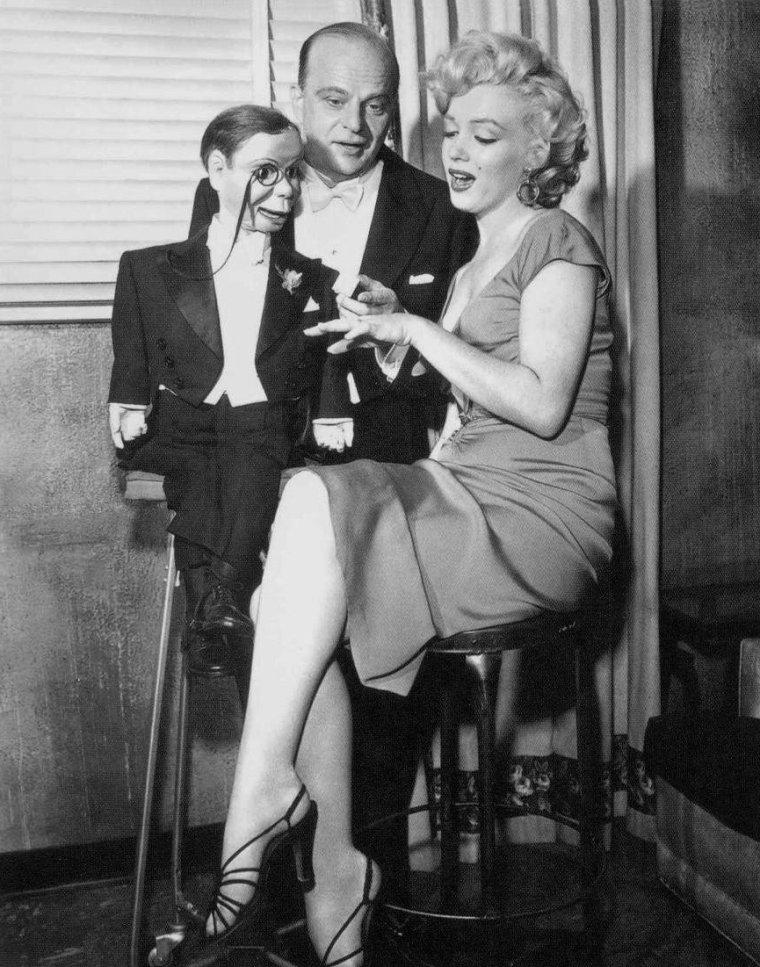 """Le 26 octobre 1952, Marilyn participe au show radiophonique du """"Edgar BERGEN Show"""". Edgar est accompagné de son acolyte en bois Charlie McCARTHY. Dans un sketch très très réussi, Marilyn doit se marier avec la célèbre marionnette... un pur moment de délire ! Pour les photos promo, Marilyn est vêtue de la robe rouge de """"Niagara"""". Portait-elle cette robe lors de l'émission ? Fort possible puisque l'émission se passait en public. Dommage que personne ne filma ne serait-ce que quelques secondes ce passage...  / Edgar BERGEN est un acteur, américain né le 16 février 1903 à Chicago, Illinois (États-Unis), décédé le 30 septembre 1978 à Las-Vegas (Nevada). En tant que ventriloque, il est connu pour avoir animé les marionnettes Charlie McCARTHY et Mortimer SNERD."""