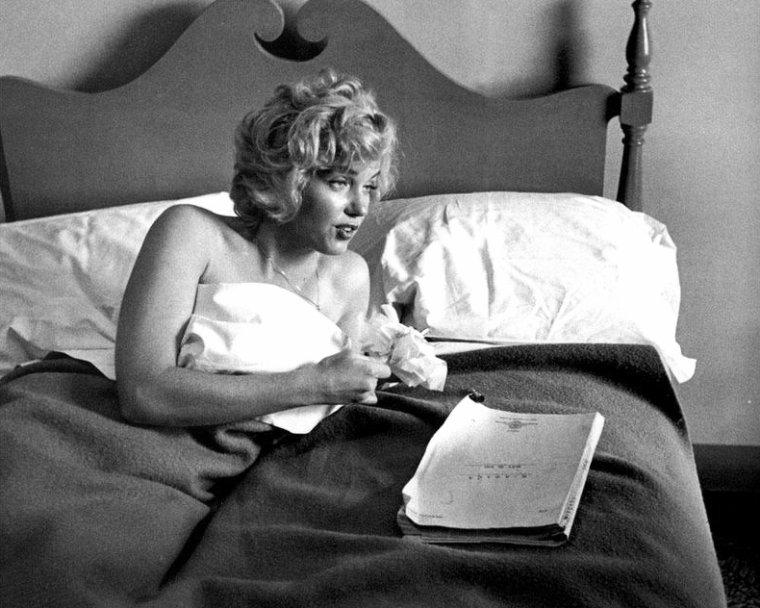 """1952, Marilyn dans sa chambre d'hôtel à Niagara-fall, sous l'oeil de Jock CARROLL, relisant le script du film """"Niagara"""", se faisant belle avant de s'octroyer une pause cigarette, puis se pliant au jeu des autographes même en dînant. Ces photos sont issues du livre """"Falling for Marilyn, the lost niagara collection"""" by Jock CARROLL."""