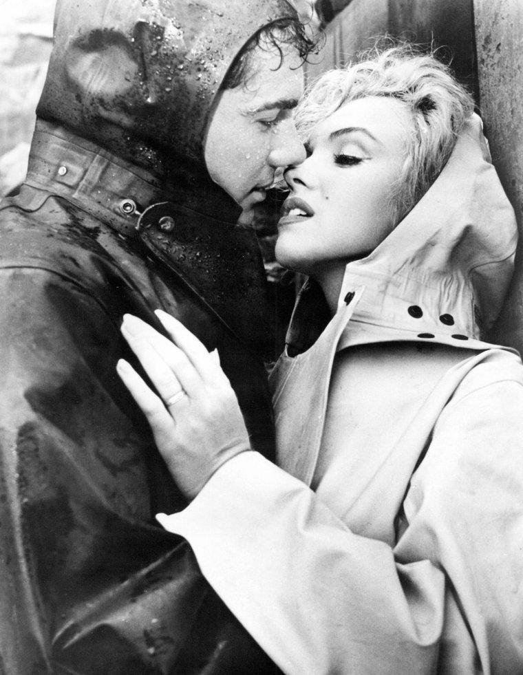 """1952-53 """"Niagara"""" d'Henry HATHAWAY / Commentaire (part 6) / Malgré quelques longueurs et certains raccourcis de scénario un peu faciles dans sa conclusion, """"Niagara"""" reste un ½uvre majeure dans la carrière de HATHAWAY. Un film qui lui permet de faire preuve d'originalité au sein d'un thriller plutôt classique dans son écriture, en prenant ainsi quelques distances par rapport à HITCHCOCK et à WELLES. """"Niagara"""" demeure, aussi et surtout, le film qui montre la première étape d'une métamorphose d'une actrice au fort potentiel (dramatique dans le cas qui nous occupe) en une icône chargée d'érotisme, avant que Billy WILDER, dans """"Sept ans de réflexion"""", deux ans plus tard, ne la transforme en mythe éternel."""