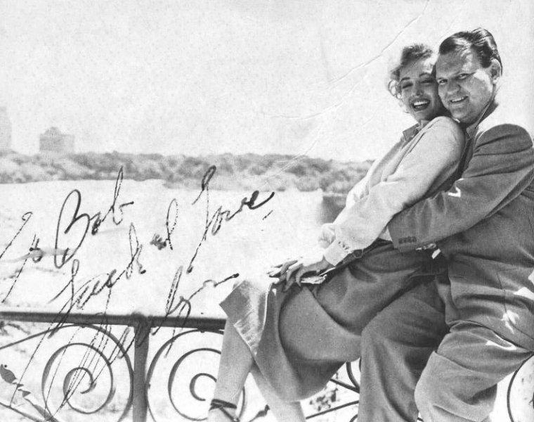 """1952, c'est sur le tournage du film """"Niagara"""" que Marilyn aurait rencontré le journaliste Robert SLATZER... / AFFABULATION / Un quatrième mariage aurait été contracté avec un certain Robert SLATZER, qui a écrit avoir été l'ami et l'amant de Marilyn sur une assez longue période. Selon lui – car il semble que les amis de Marilyn ne l'aient pas connu –, Robert SLATZER, à cette époque journaliste, aurait été uni à l'actrice quelques jours, en octobre 1952. Mais cette union reste vraiment sujette à caution en raison de l'absence de tout document officiel. SLATZER déclarera, plus tard, que le mariage avait été annulé sous la pression des studios américains. Un chèque signé de la main de Marilyn, le 4 octobre 1952, dans une boutique de luxe de Los-Angeles, invalide fortement les propos de SLATZER."""