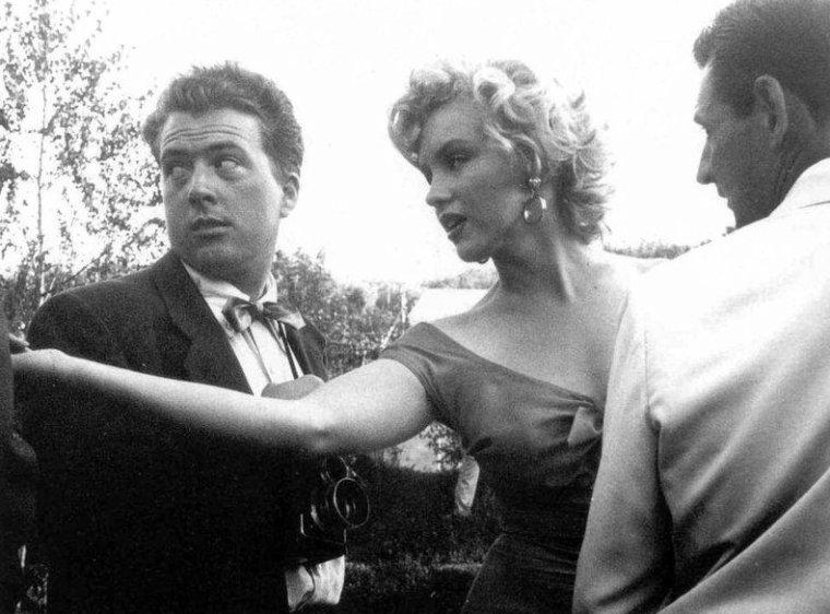 """On termine cette année 1952, qui fut riche en évènements et pour la notoriété montante de Marilyn grâce à son dernier film """"Niagara"""", avec la fête du musicien Ray ANTHONY (The Ray ANTHONY party) / La fête s'est tenue dans une villa de Sherman Oaks, dans le district de Los Angeles, situé dans la vallée de San Fernando. Marilyn, vêtue de la robe rouge du film """"Niagara"""", est arrivée en hélicoptère, puis s'est prêtée au jeu des photographes en faisant mine de jouer de la trompette et de la batterie sous les yeux avisés de Ray ANTHONY et de Mickey ROONEY, pendant que Ray ANTHONY chantait une chanson spécialement dédiée à Marilyn pour cette occasion, intitulée """"My Marilyn"""" . Parmi les nombreux convives, se trouvait aussi Sammy DAVIS Jr. Puis elle a rencontré le chien de la série """"Lassie"""". Les photographes présents: Bob WILLOUGHBY (qui a prit la plupart des photographies), Leni CARLSON et Phil STERN part 4)."""
