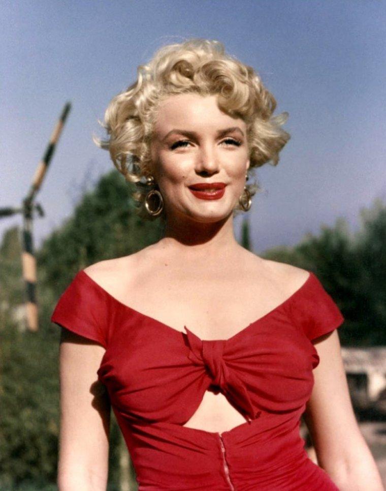 """1952 """"The Ray ANTHONY party"""" (part 10) : Marilyn rencontre alors la célèbre chienne, Lassie, héroïne de plusieurs films et séries."""
