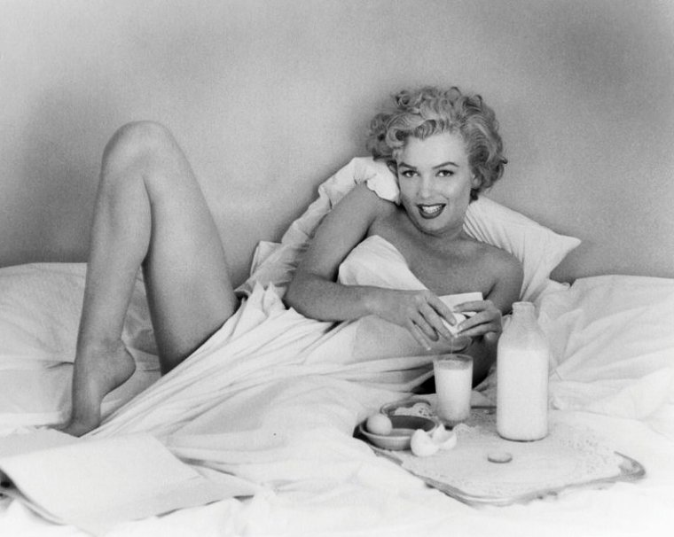 """1953, Marilyn prenant son petit déjeuner dans sa chambre d'hôtel au """"Bel-Air"""", sous l'oeil d'André De DIENES."""