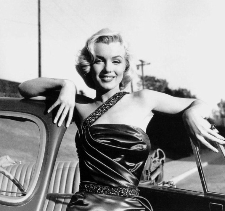 "1953, photos publicitaires en extérieur de Marilyn pour le film ""How to marry a millionaire"" de Jean NEGULESCO, qui pose également aux côtés de la nouvelle SINGER 1500 cc afin de promouvoir le tout dernier roadster de chez MG de l'année... Se joindront à la session, Sammy DAVIS Jr et Frank WORTH qui prend les photos."