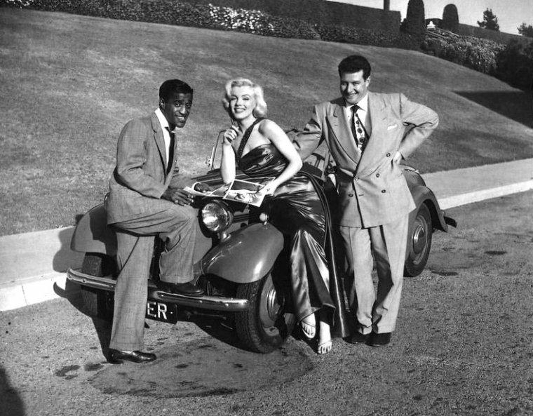"""1953, photos publicitaires en extérieur de Marilyn pour le film """"How to marry a millionaire"""" de Jean NEGULESCO, qui pose également aux côtés de la nouvelle SINGER 1500 cc afin de promouvoir le tout dernier roadster de chez MG de l'année... Se joindront à la session, Sammy DAVIS Jr et Frank WORTH qui prend les photos (part 2)."""