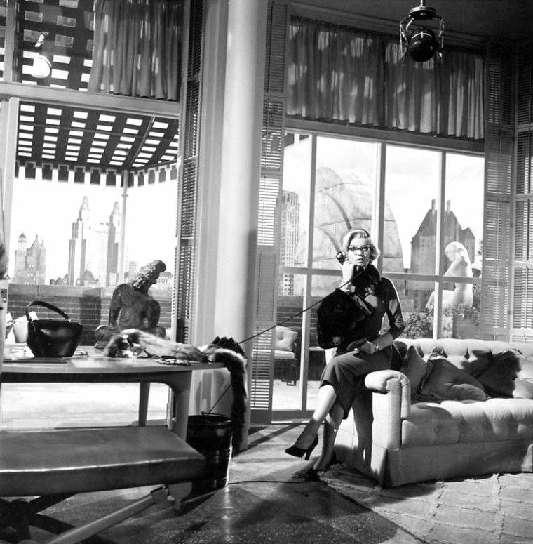 """1953 """"How to marry a millionaire"""" (Comment épouser un millionnaire) de Jean NEGULESCO / Synopsis / Schatze (Charlotte as Lauren BACALL , en VF) PAGE, une belle jeune femme, loue un très bel appartement à New York, qu'elle va partager avec deux amies, Pola DEBEVOISE (Marilyn) et Loco (Toctoc as Betty GRABLE en VF) DEMPSEY. Le propriétaire de l'appartement, monsieur DENMARK, a des problèmes avec le fisc et a disparu de la circulation. Ce logement est un instrument dans leur stratégie à objectif unique, trouver un mari riche, voire très riche: """"Nothing under six figures a year"""" (Rien en dessous du million par année) est le mot d'ordre. Elles n'ont pas sou qui vaille et vendent même le mobilier de l'appartement pour vivre ! Le premier homme qu'elles rencontrent, Tom BROOKMAN, est pompiste, ce qui n'entre pas tout à fait dans leurs plans (en fait, on apprend qu'il est un homme d'affaires richissime mais elles ne le sauront que bien plus tard). Il sera à plusieurs reprises remballé au téléphone par Schatze. Trois mois plus tard, grâce à Loco, elles sont enfin invitées à une soirée prometteuse en millionnaires divers: Schatze rencontre un texan riche et veuf, J.D. HANLEY ; Pola un beau borgne à l'apparence d'aventurier fortuné, J. Stewart MERRILL ; et Loco un homme d'affaires qui se présente lui-même comme étant """" l'homme le plus marié des USA """", Waldo BREWSTER. Tom BROOKMAN, qui a des vues sur Schatze, demande à ce que la maison de mode où travaillent les trois amies organise pour lui un défilé. Cela ne l'aide pas pour la conquérir. Loco part incognito en week-end dans le Maine avec son riche et marié Waldo ; elle y rencontrera Eben qu'elle croira un moment être un aisé propriétaire terrien. J.D. révèle son béguin à Schatze mais y renonce en raison de leur trop grande différence d'âge. Pola, alors qu'elle devait rejoindre son aventurier, se trompe d'avion et rencontre Freddie DENMARK qui lui révèle combien elle est belle avec ses lunettes. Une liaison débute tout de même """